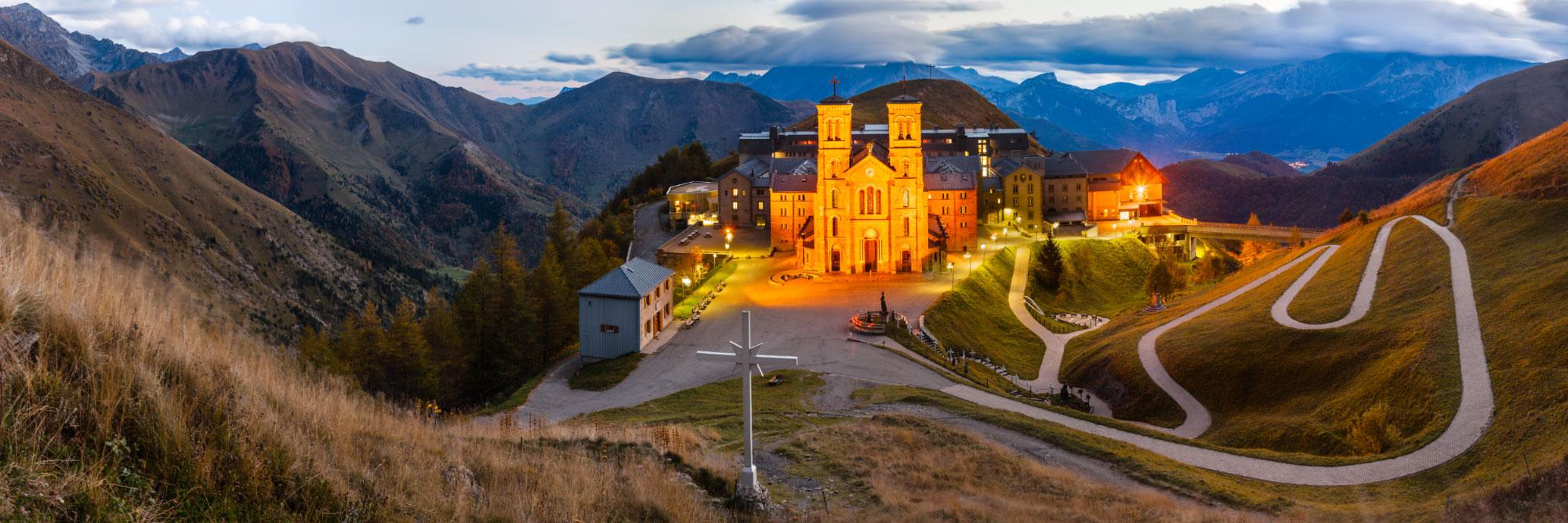Notre-Dame-de-la-Salette devant le Dévoluy, à 1800 m d'altitude, Ecrins