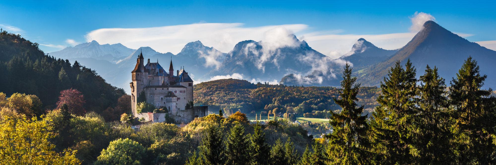 Le château de Menthon-Saint-Bernard devant le massif des Bauges