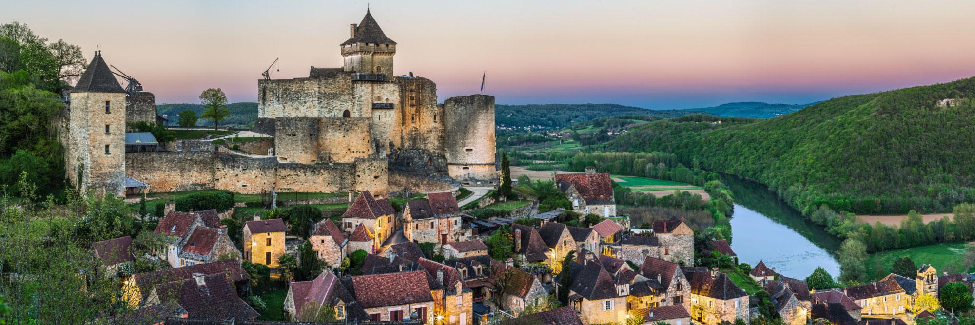 Castelnaud-la-Chapelle dominant la Dordogne au crépuscule