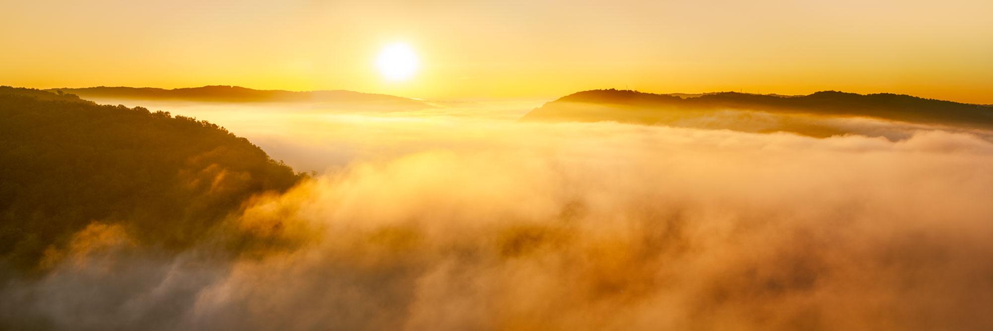 La vallée de la Dordogne embrumée, de la colline de Pech du Gard