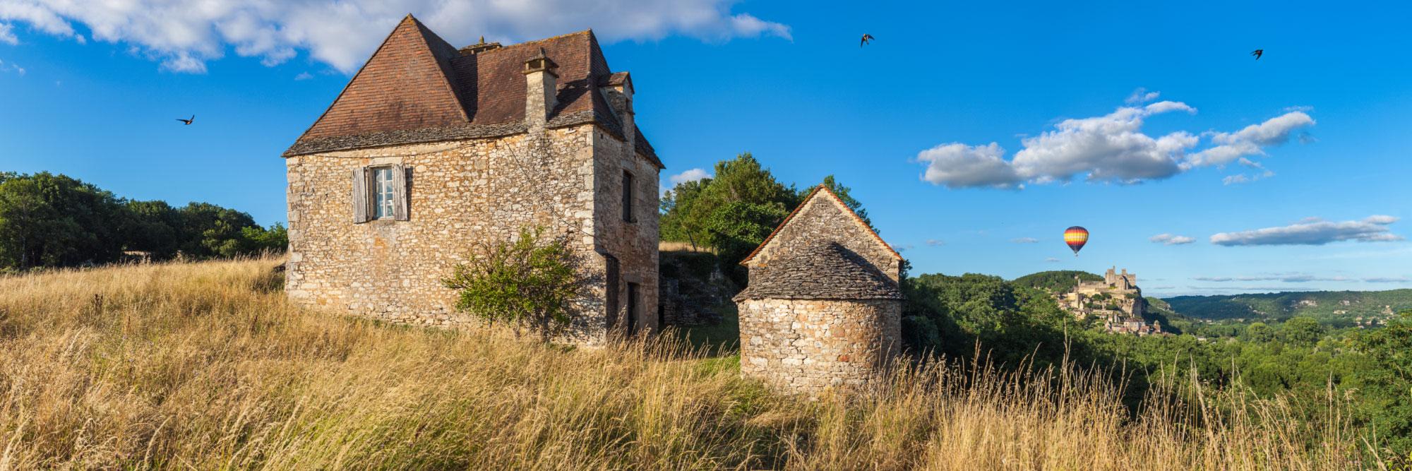 Hirondelles, montgolfière et le village de Beynac-et-Cazenac vu du hameau 'Le Pech', Saint-Vincent-de-Cosse