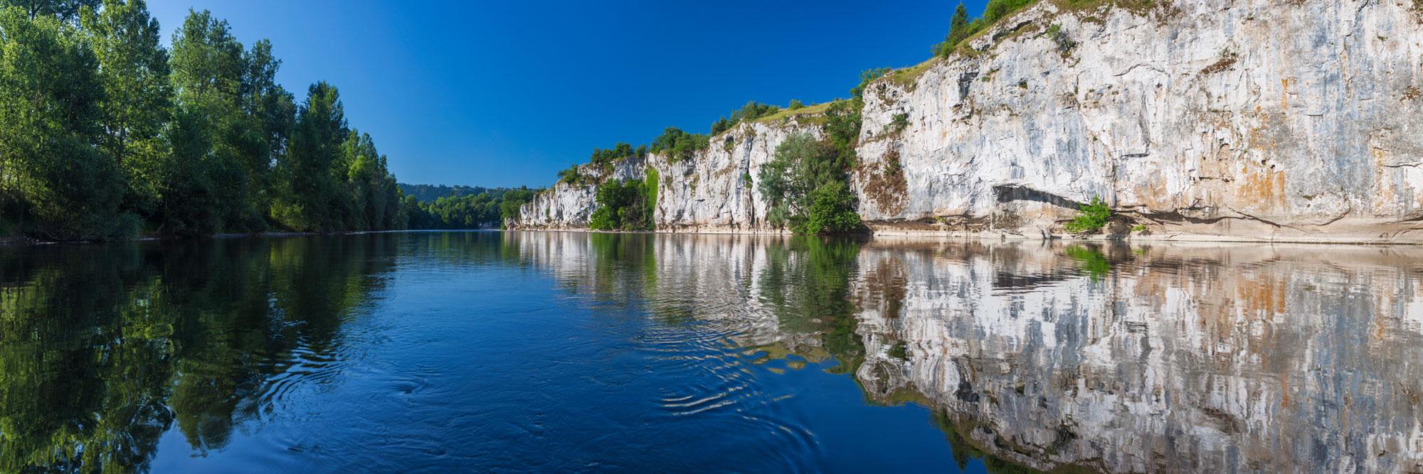 La Dordogne au pied des falaises calcaires de Copeyre, Gluges