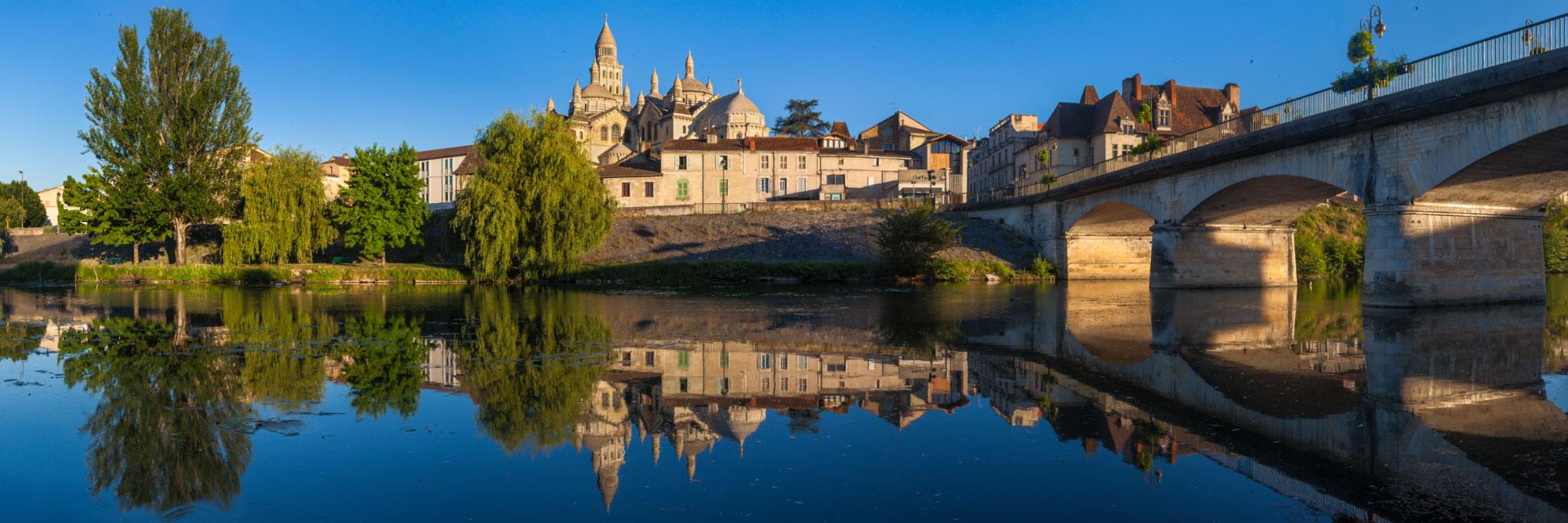Cathédrale byzantine Saint-Front et Pont des Barris se reflétant dans l'Isle, Périgueux