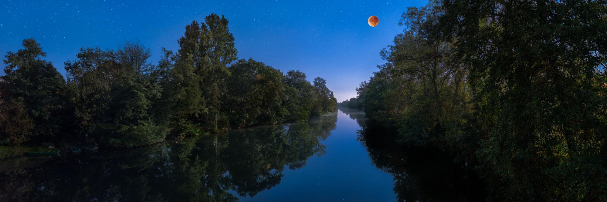 Eclipse totale de lune au dessus de la Dronne, La Barde