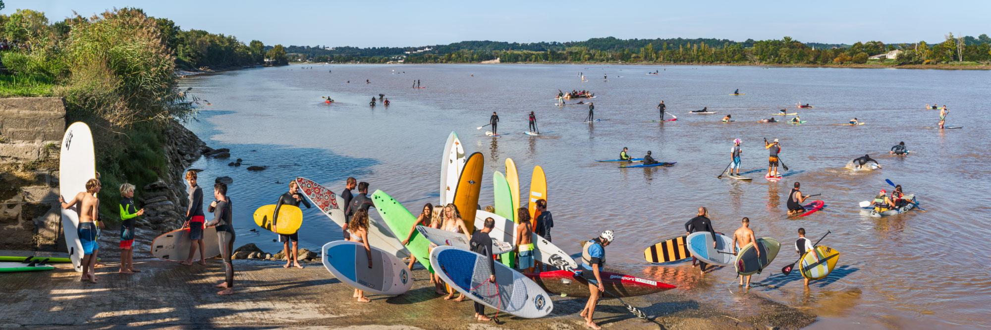 Surfeurs se préparant pour le mascaret sur la Dordogne, Saint-Pardon