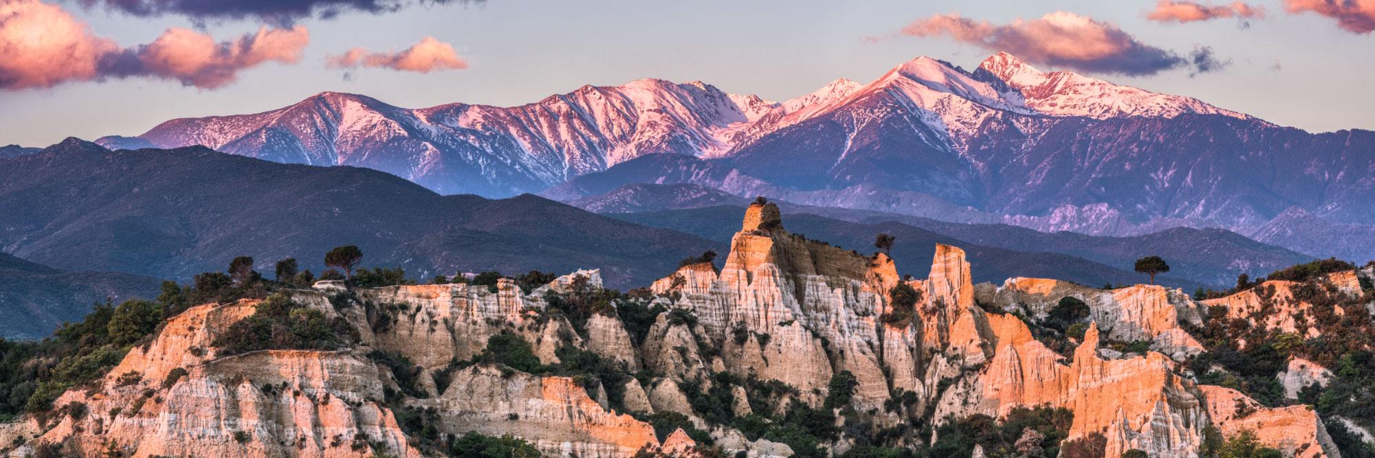 Canigou et dentelles de pierre des orgues d'Ille-sur-Têt, Roussillon