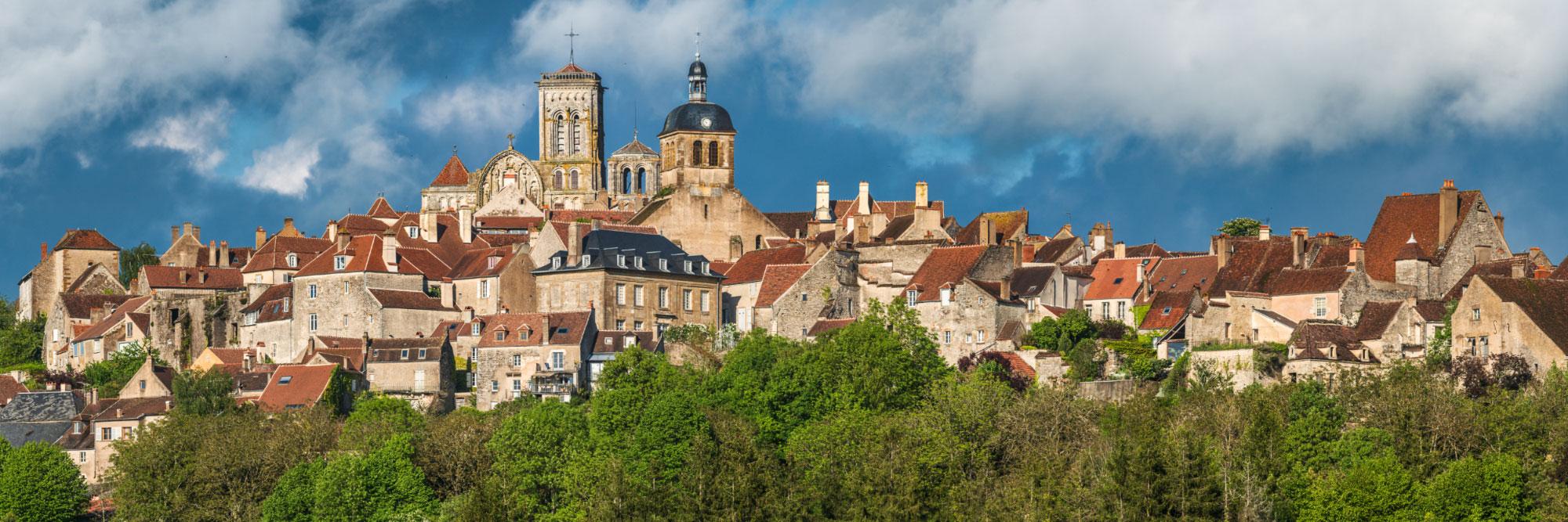 Lumière orageuse sur la Basilique de Vézelay surplombant les remparts