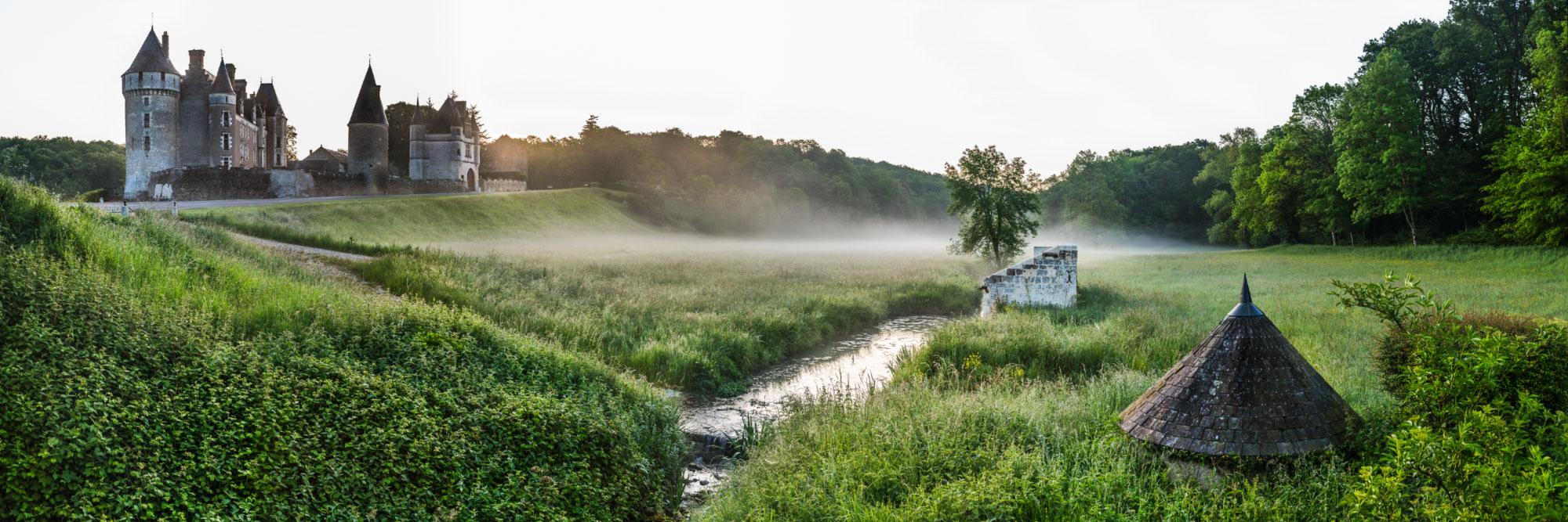 Lavoir et abri à canards près d'un ruisseau, face au château de Montpoupon