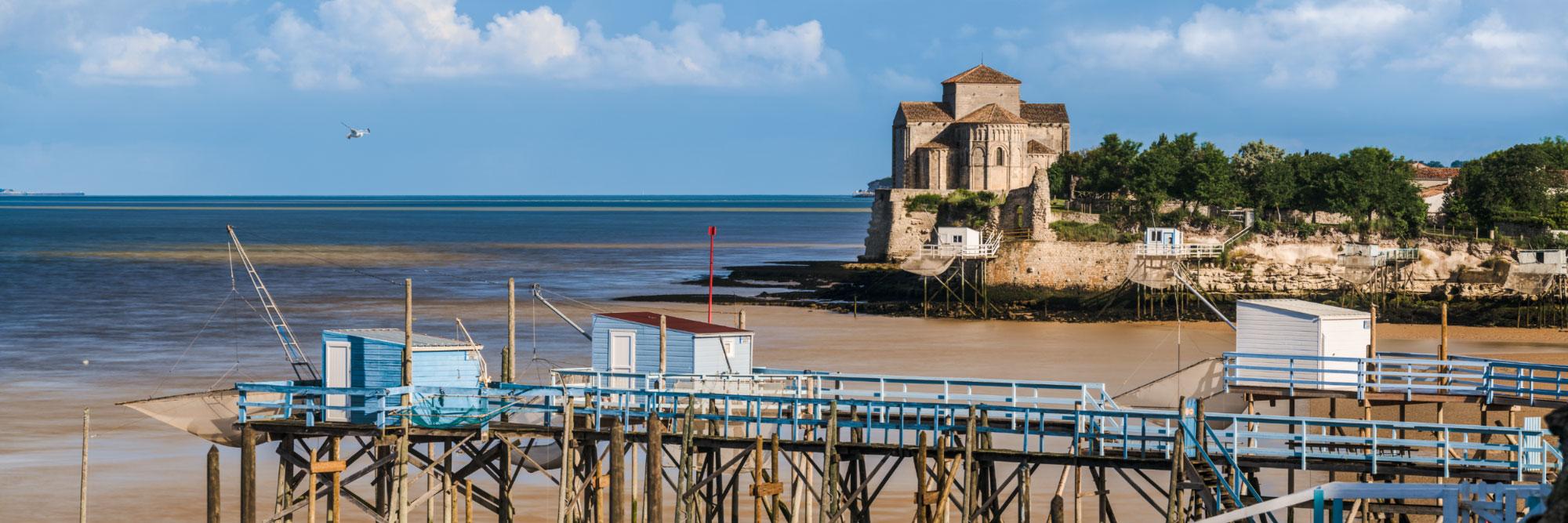 Carrelets devant la presqu'île de Talmont, estuaire de la Gironde