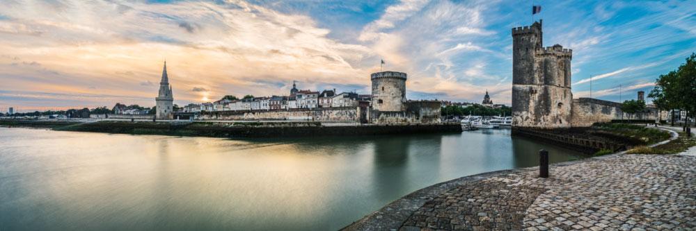 15644 Les deux tours à l'entrée du Vieux-Port médiéval de la Rochelle, Charente-Maritime