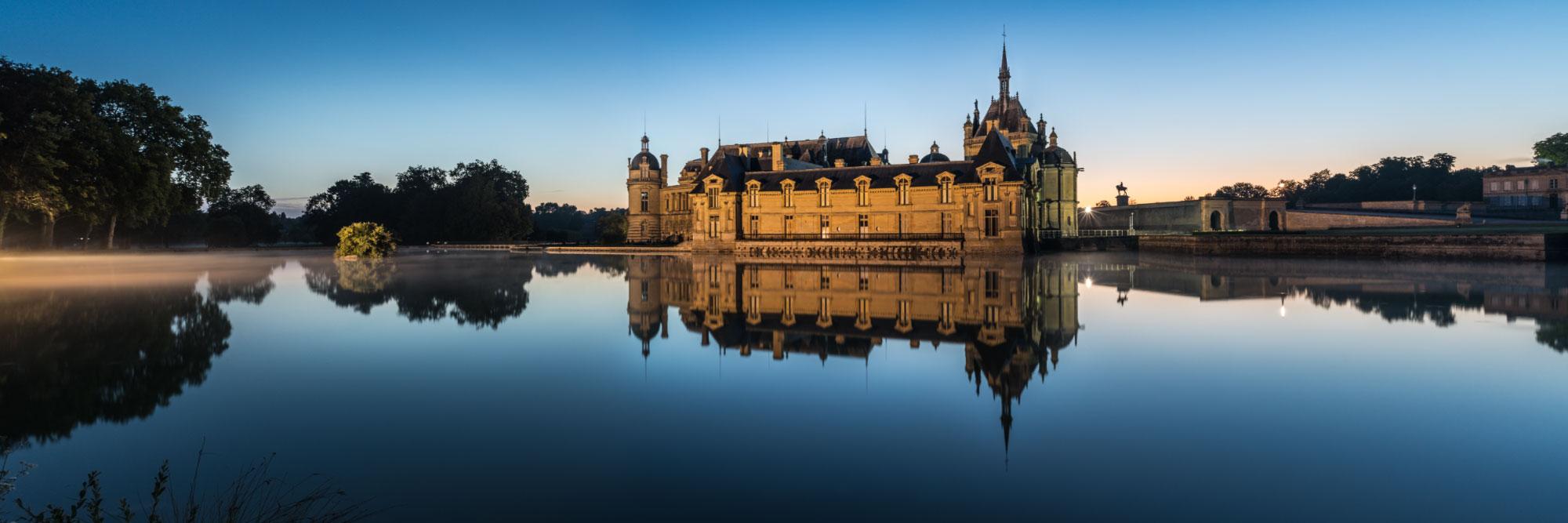 Le château de Chantilly, près d'un affluent de l'Oise