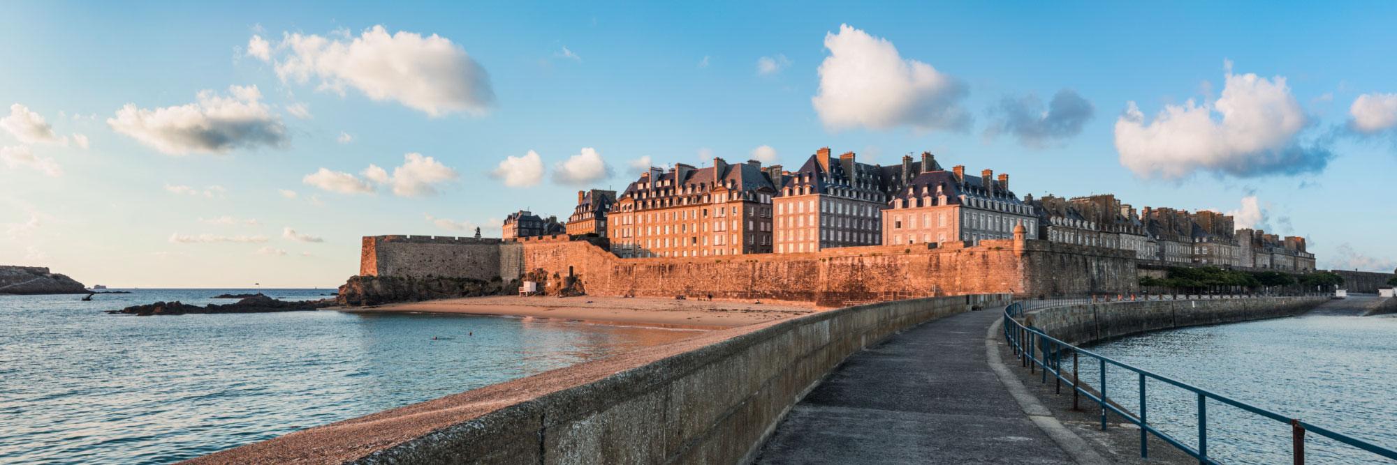 Protégée par la digue, la plage du Môle, au pied des remparts de Saint-Malo