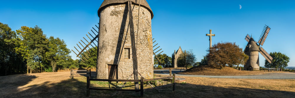 15882 Moulins et chapelle néo-gothique au Mont des Alouettes, près du Puy du Fou, Vendée
