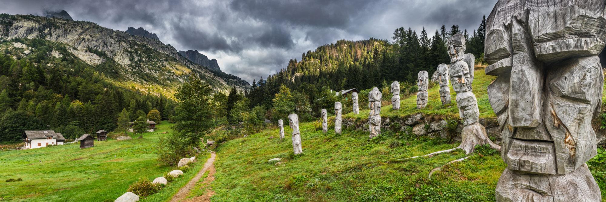 Totems protecteurs du Tour du Mont-Blanc, peu avant le col des Montets