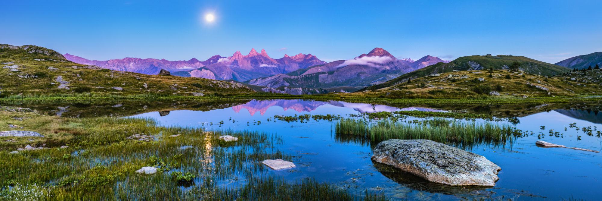Aiguilles d'Arves se reflétant sur le lac Guichard (Grandes Rousses)