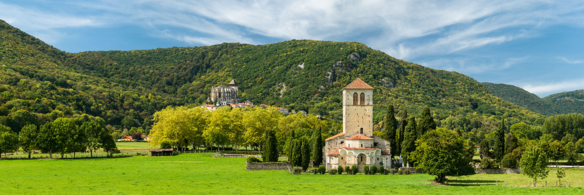 Saint-Bertrand-de-Comminges et la basilique Saint-Just de Valcabrère (au premier plan)