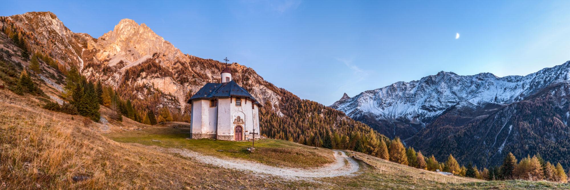 Chapelle des Vernettes (Haute-Tarentaise)  face au massif de Bellecôte (Vanoise)