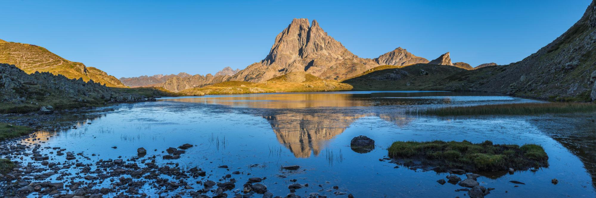 Reflet du Pic du Midi d'Ossau dans le lac Miey