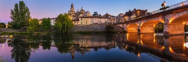 Cathédrale byzantine Saint-Front, Pont des Barris, Périgueux (Dordogne), Juin